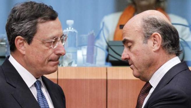 El presidente del Banco Central Europeo (BCE), Mario Draghi (i), y el ministro español de Economía y Competitividad, Luis de Guindos.