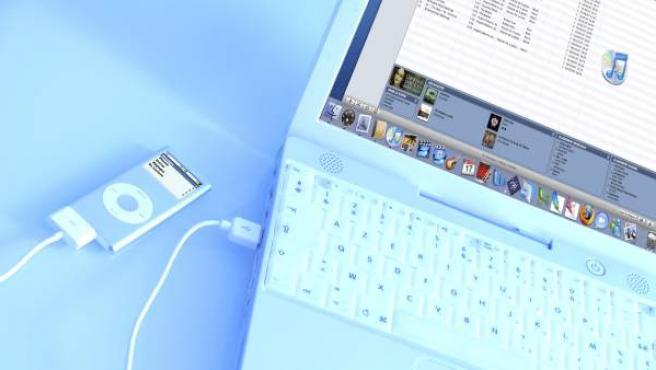 iPod conectado a un netbook.