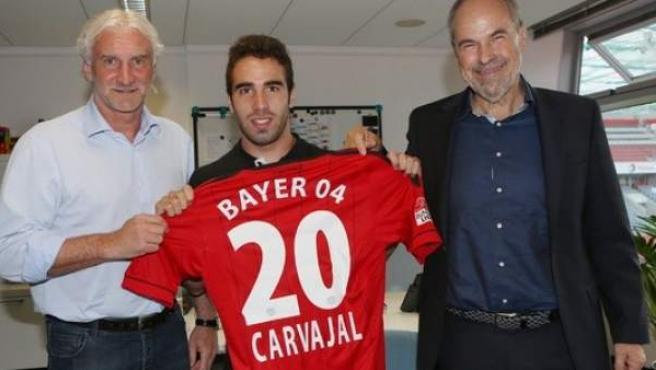 Dani Carvajal en su presentación como jugador del Bayer Leverkusen junto a Rudi Voller (izqda.)