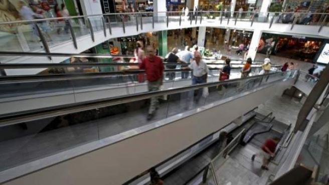 Varias personas hacen sus compras en un centro comercial de Madrid.