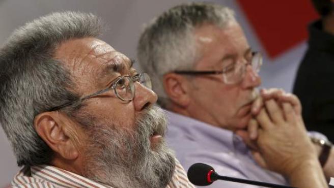 Los secretarios generales de UGT, Cándido Méndez (i), y de CC OO, Ignacio Fernández Toxo (d), durante la rueda de prensa para anunciar las próximas movilizaciones contra el gobierno por sus medidas de recortes.