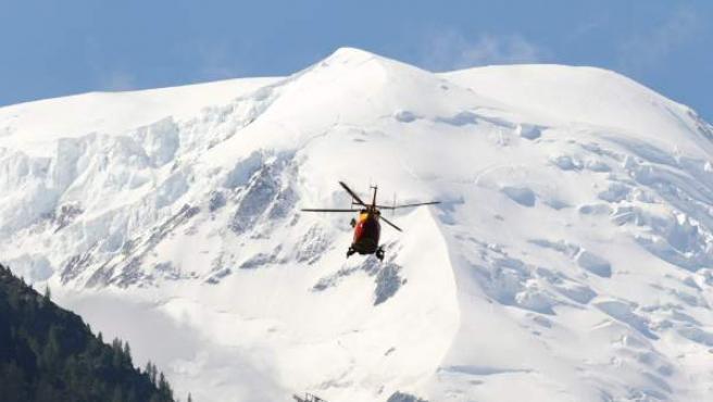 Un helicóptero de rescate sobrevuela la zona durante las operaciones de rescate tras avalancha de nieve registrada en el macizo del Mont Blanc.