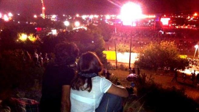 Una pareja observa los conciertos del FIB 2012 desde la colina frente al festival.
