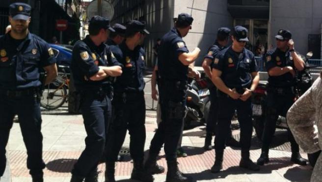 Agentes de la Policía custodian los aledaños del Congreso de los Diputados.