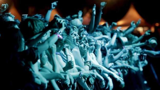 Un grupo de fibers disfrutan de uno de los conciertos de la jornada del domingo en Benicàssim.