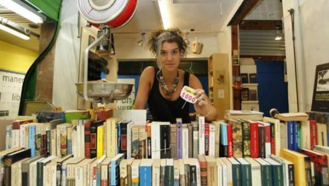 En un mercado de abastos de Lavapiés, La Casquería, se venden libros a 10 euros el kilo.