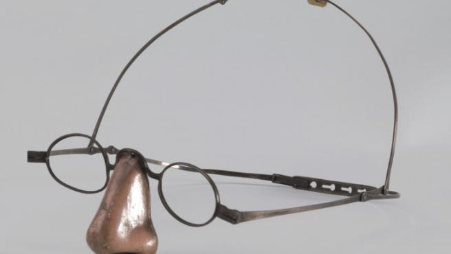 Una nariz falsa de mediados del siglo XIX para cubrir la ausencia de nariz de una enferma de sífilis