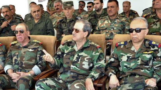 El ministro sirio de Defensa, Daud Abdelá Rayiha (en el centro), durante una ceremonia en un lugar no identificado.