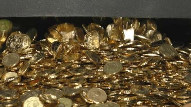 Cientos de monedas recién acuñadas.