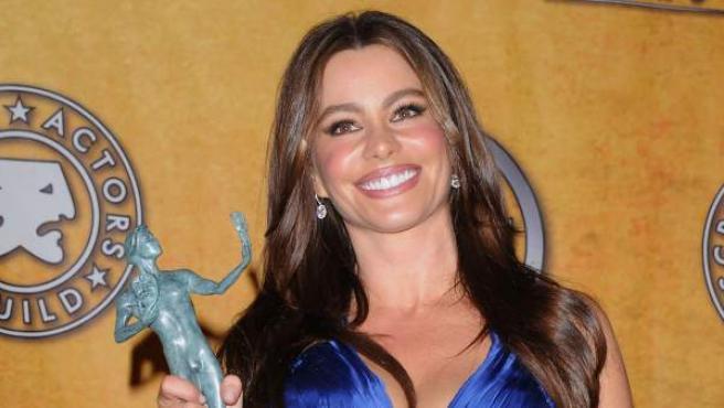 Sofía Vergara posa con el premio del Sindicato de Actores a mejor actriz de televisión en 2011.
