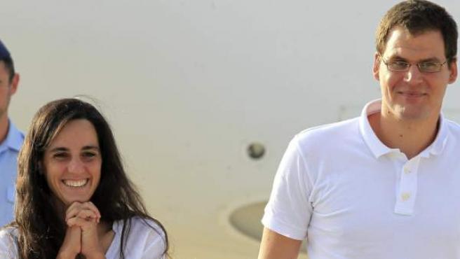 Ainhoa Fernández de Rincón y Enric Gonyalons, los dos cooperantes españoles liberados, a su llegada a Madrid.