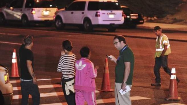 Un grupo de personas hablan frente a los cines Century 16, donde ha ocurrido el tiroteo.