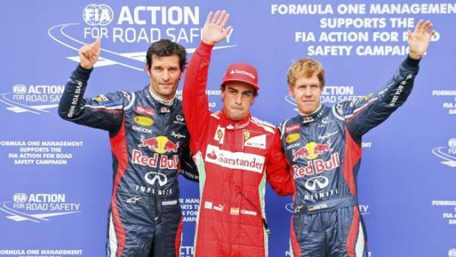 Los pilotos Mark Webber, de Red Bull; el español Fernando Alonso de Ferrari y el alemán Sebastián Vettel, también de Red Bull, saludan tras la sesión de entrenamiento que se ha desarrollado este sábado en Hockenheim, Alemania.