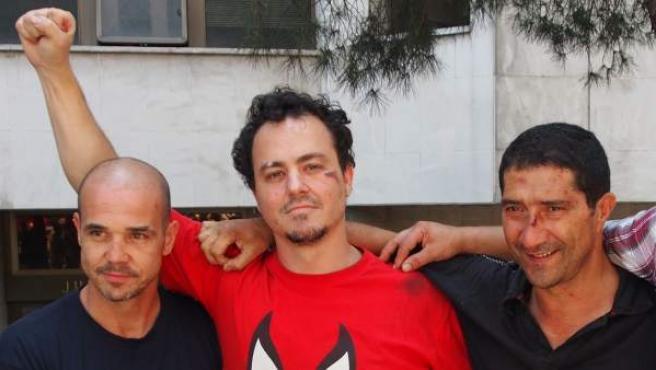 El periodista Juan Castromil (en el centro), junto al bombero y al funcionario, también detenidos el jueves tras la marcha antirrecortes de Madrid.