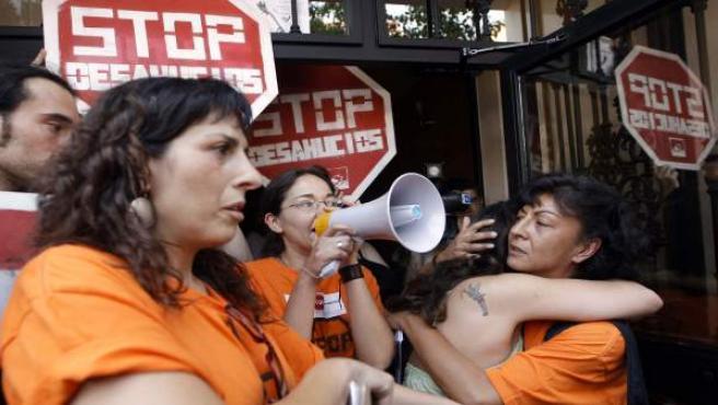 La propietaria de la vivienda se abraza a otra mujer durante las protestas para impedir su desahucio.