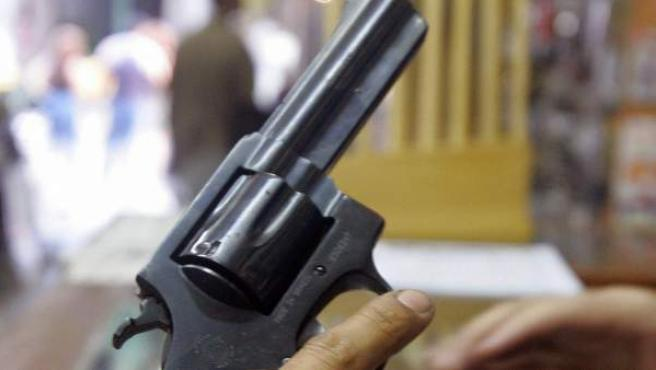 Un hombre sostiene un revólver en una imagen de archivo.