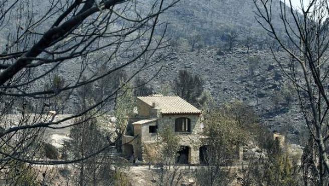 Estado en que ha quedado una masía en el bosque cerca del pueblo de Agullana (Girona) tras el incendio que ha quemado unas 14.000 hectáreas.