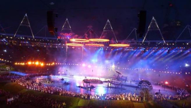 Los aros olímpicos se unen en el centro del estadio olímpico de Londres.