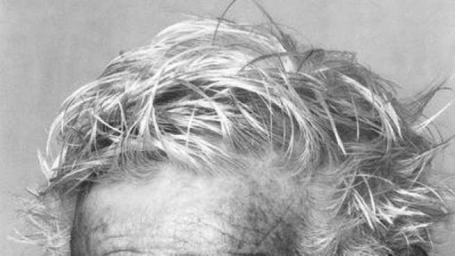 Imagen de archivo de un hombre de avanzada edad con el pelo canoso.