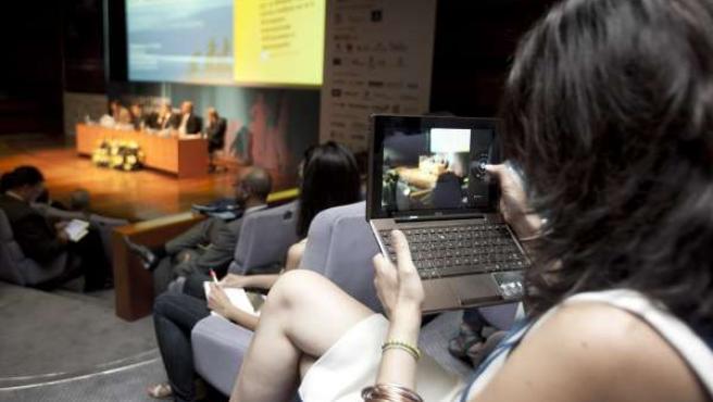 Las mujeres canarias usan más Internet que los hombres