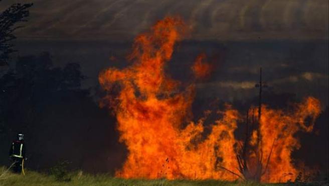 Un bombero trabaja en las labores de extinción del incendio.