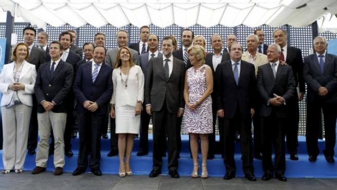 El presidente del Gobierno y del PP, Mariano Rajoy (c), posa con los barones autonómicos de su partido.