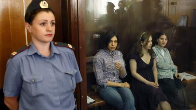 """Las tres integrantes del grupo de punk """"Pussy Riot"""" Nadezhda Tolokonnikova (2ª izq), Yekaterina Samutsevich (der) y Maria Aliokhina (2ªder)."""