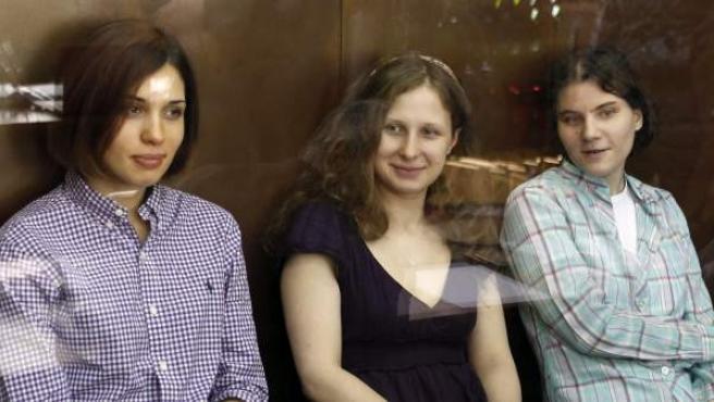 Las tres integrantes del grupo de punk 'Pussy Riot' Nadezhda Tolokonnikova (izq), Yekaterina Samutsevich (der) y Maria Aliokhina (c).