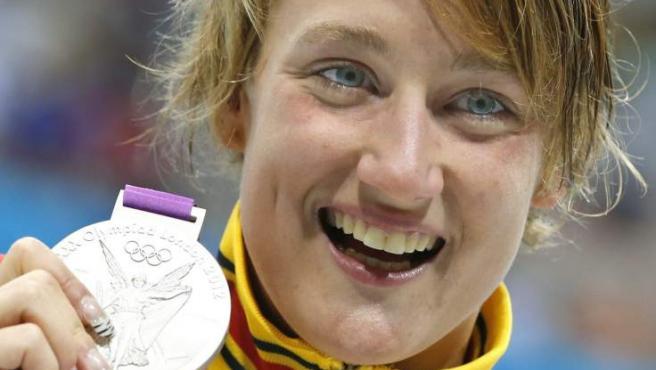 La española Mireia Belmonte en el podio con la medalla de plata obtenida en la final de los 200 mariposa.