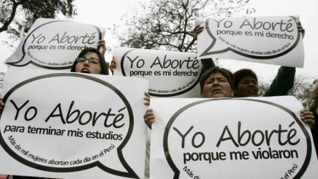 Mujeres muestran pancartas en una marcha sobre el aborto.