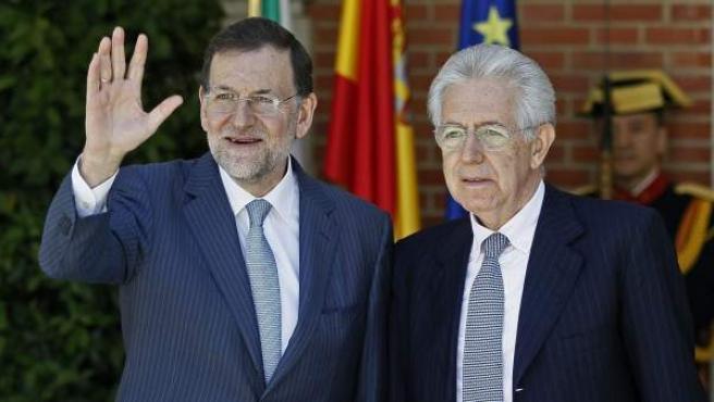 El presidente del Gobierno español, Mariano Rajoy (i), junto a su homólogo italiano, Mario Monti, a la entrada del Palacio de la Moncloa.