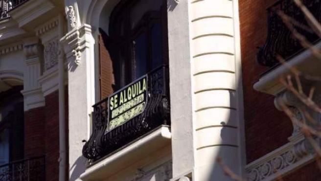 """El cartel de """"Se alquila"""" en el balcón de una vivienda."""