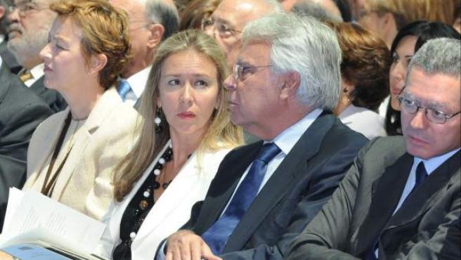 Felipe González y su pareja, Mar García Vaquero, durante un acto en 2011.