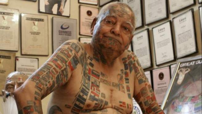 Imagen del 1 de agosto de Guinness Rishi, el hombre de las 500 banderas tatuadas, en su apartamento de Nueva Delhi. Este septuagenario enamorado de los récords tiene otras 22 plusmarcas y disfruta promocionando su popularidad.