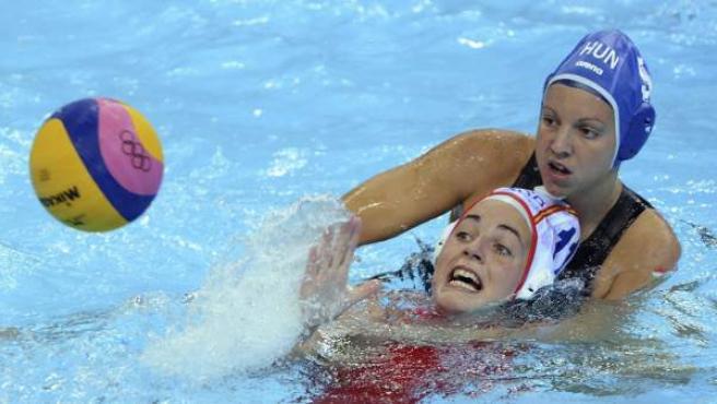 La jugadora española de waterpolo, Maica García, ante Hungría.