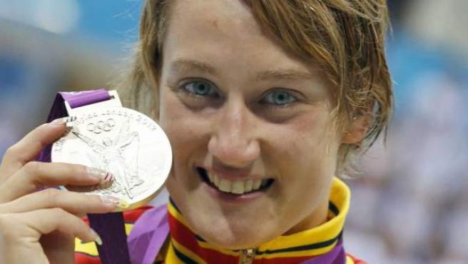 La nadadora española, Mireia Belmonte, posa con su segunda medalla de plata en Londres.
