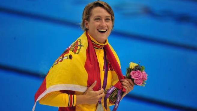 La nadadora española, Mireia Belmonte, celebra una de sus dos medallas en Londres 2012.