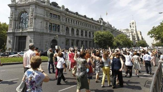 Funcionarios de la Consejería de Educación de la Comunidad de Madrid se manifiestan por la calle Alcalá para protestar contra los últimos ajustes aprobados por el Gobierno.
