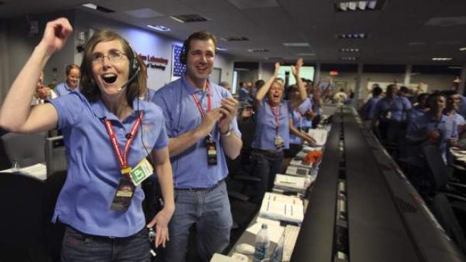 Personal del Laboratorio de Ciencias Marcianas (MSL, por su sigla en inglés) celebran el aterrizaje del vehículo explorador Curiosity en Marte, en la sala de control del Laboratorio de Propulsión en Pasadena, California (EE.UU.).