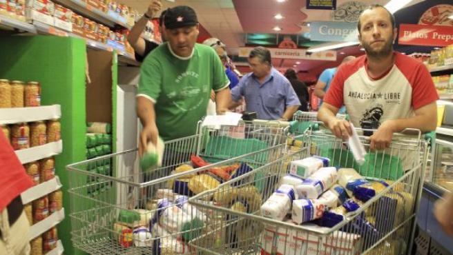 Algunos de los 200 militantes del Sindicato Andaluz de Trabajadores (SAT) que han entrado en el supermercado.
