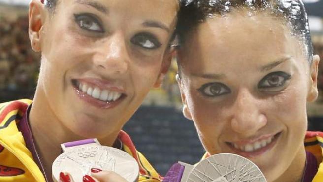 Las españolas Andrea Fuentes y Ona Ballesteros Carbonell posan con la medalla de plata conseguida en la final de dúo de natación sincronizada, en el Centro Acuático de los Juegos Olímpicos de Londres.