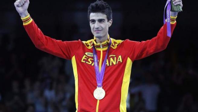 Joel González con la medalla de oro lograda en los Juegos.