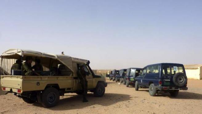 Los cooperantes españoles que regresaron a Tinduf fueron recibidos como héroes entre fuertes medidas de seguridad adoptadas por la policía del Frente Polisario .