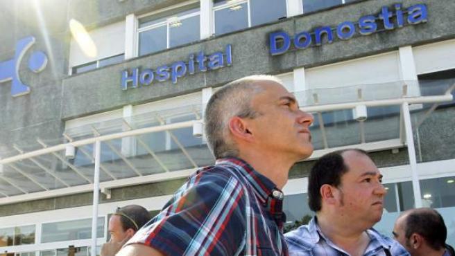 Los dirigentes de la izquierda abertzale Pernando Barrena (d), y Joseba Permach (i), participan en la concentración convocada por Herrira ante el Hospital Donostia de San Sebastián.