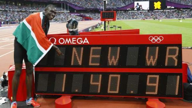 El keniata David Lekuta Rudisha señala el nuevo récord mundial tras su victoria en la final de los 800 metros