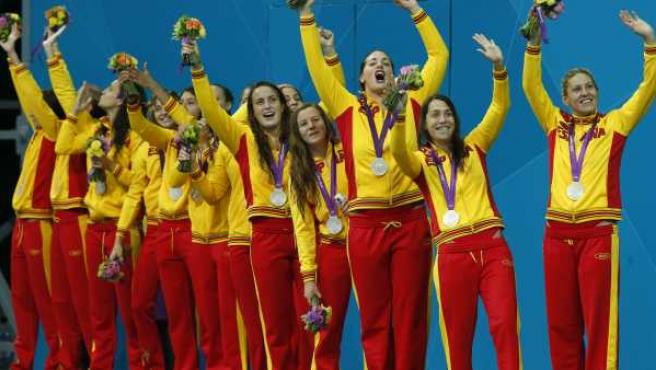 Las jugadoras de waterpolo femenino en el podio de los Juegos con la medalla de plata.