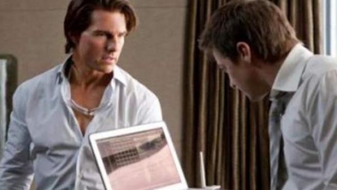 Tom Cruise muestra un ordenador en una de las escenas de ''Misión Imposible 4'.