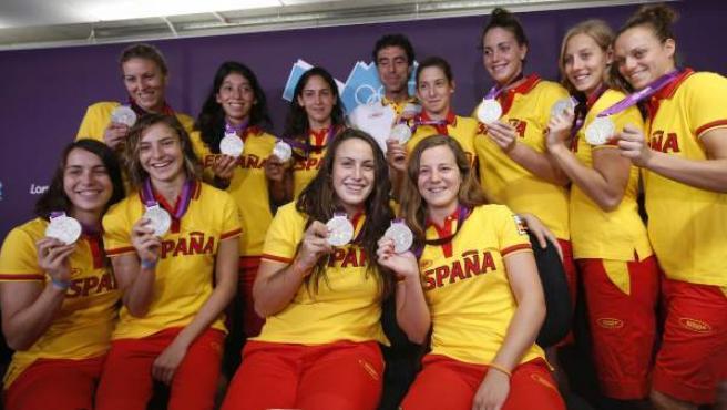 La selección femenina de waterpolo posa con la plata conseguida en los Juegos Olímpicos de Londres 2012.