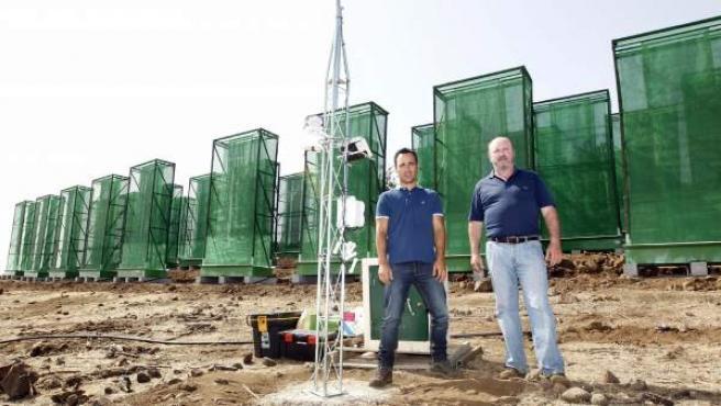 Theo Hernando y Ricardo Gil, en la finca donde tienen instalados los captadores de niebla para crear el agua.