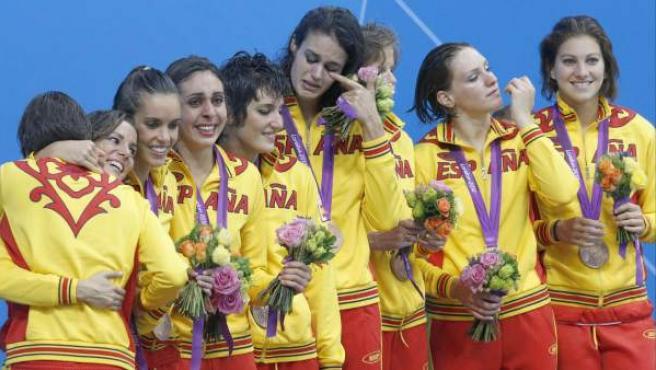 Las integrantes del equipo español de natación sincronizada celebran su medalla de bronce tras el ejercicio libre en el complejo acuático de los Juegos Olímpicos de Londres 2012.